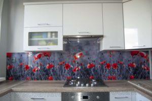 panel szklany w kuchni czerwone maki
