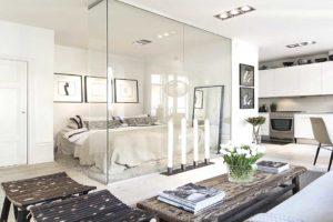 Szklana ściana odzielająca sypialnie od pokoju dziennego