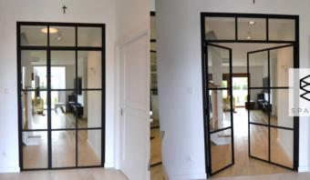 Szklana ścianka   drzwi ze szprosami.