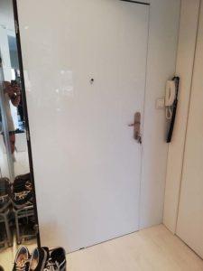 białe szkło na drzwiach