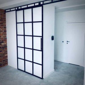 czarne drzwi przesuwne; loftowe drzwi