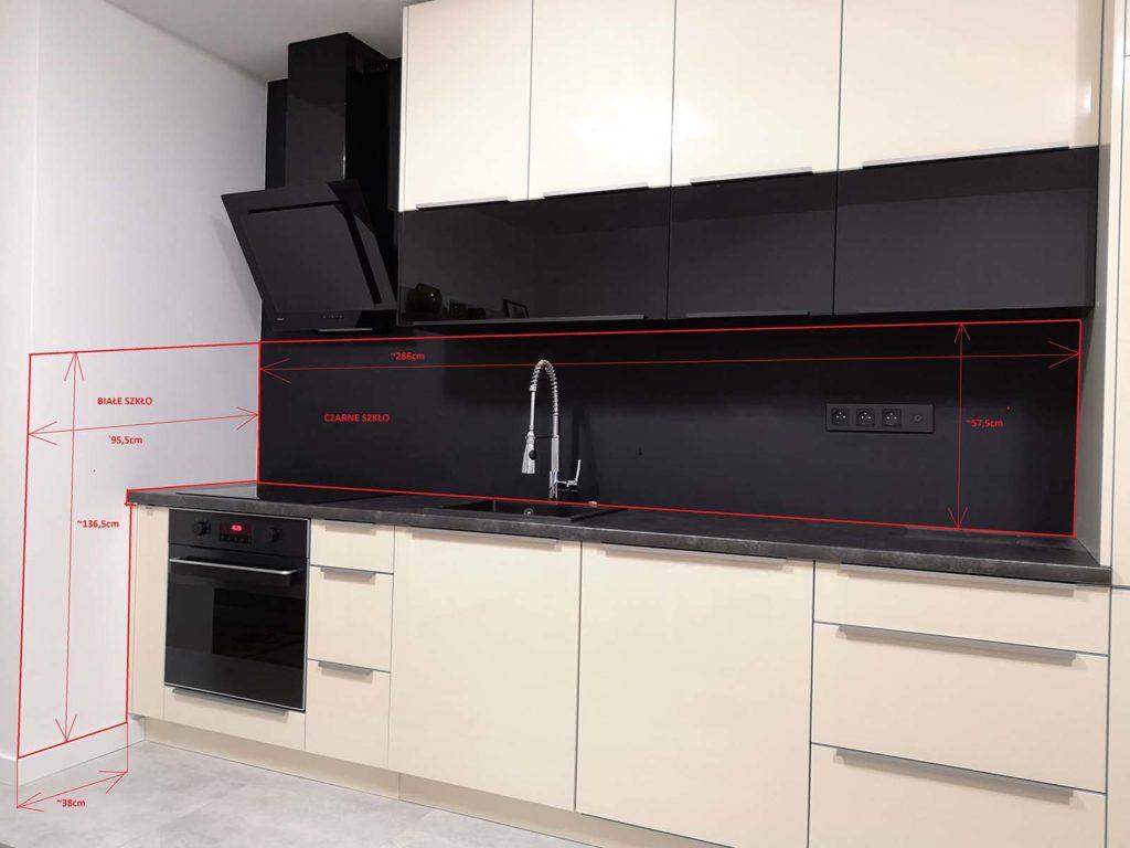 czarny panel szklany w kuchni; czarne frony kuchnia; czarny okap; czarne kontakty kuchnia